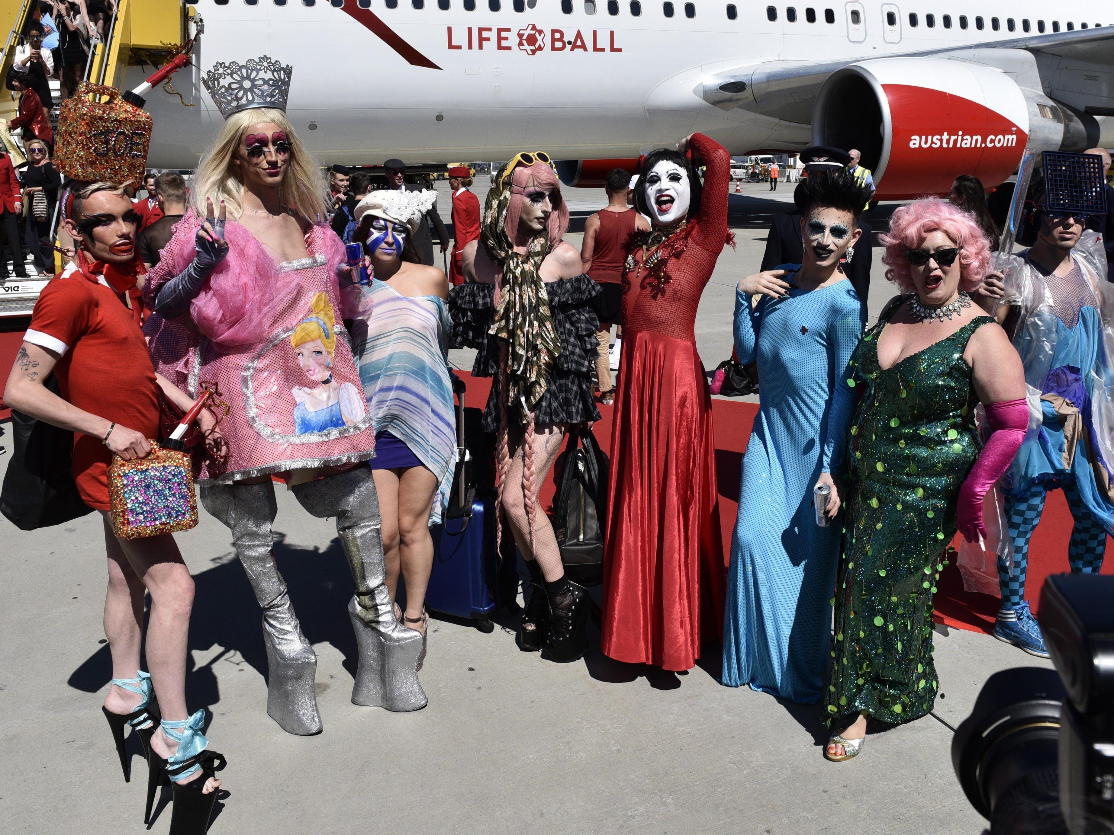 Die (v.l.), Life Ball Gäste bei der Ankunft des Life Ball Flugzeuges aus New York