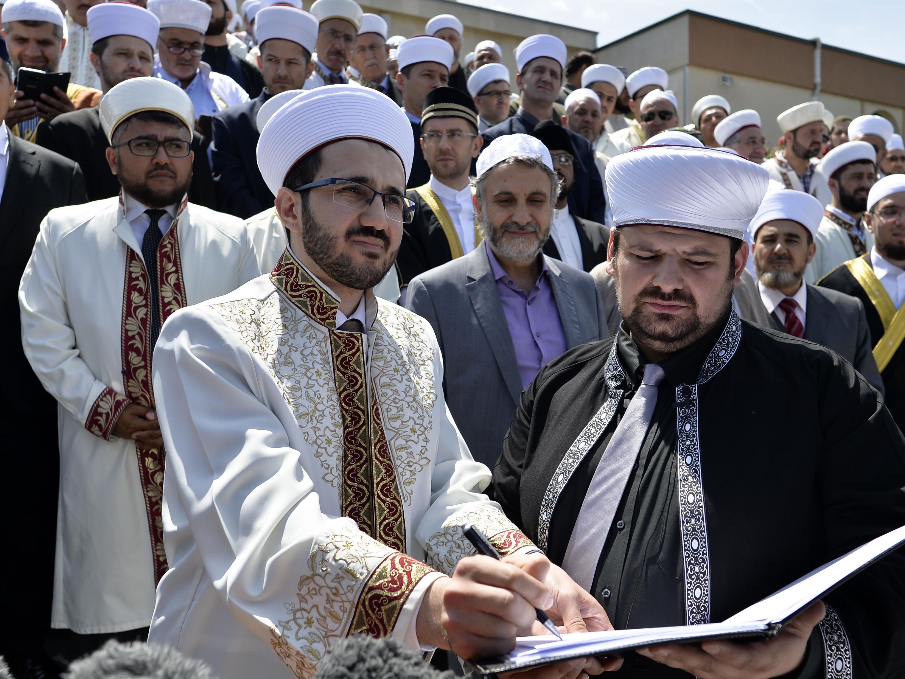 Die Imame beim Unterzeichnen der Deklaration in Wien