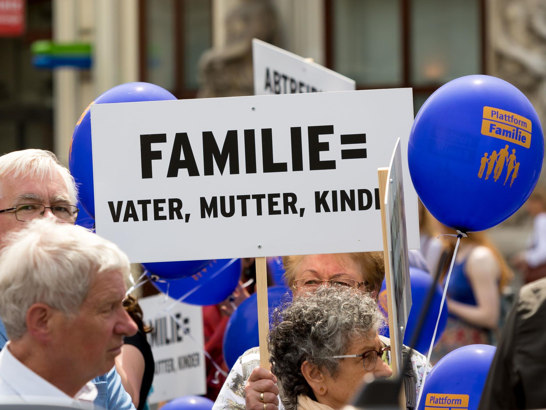 """""""Marsch der Familie"""" als Gegenveranstaltung der Regenbogenparade."""