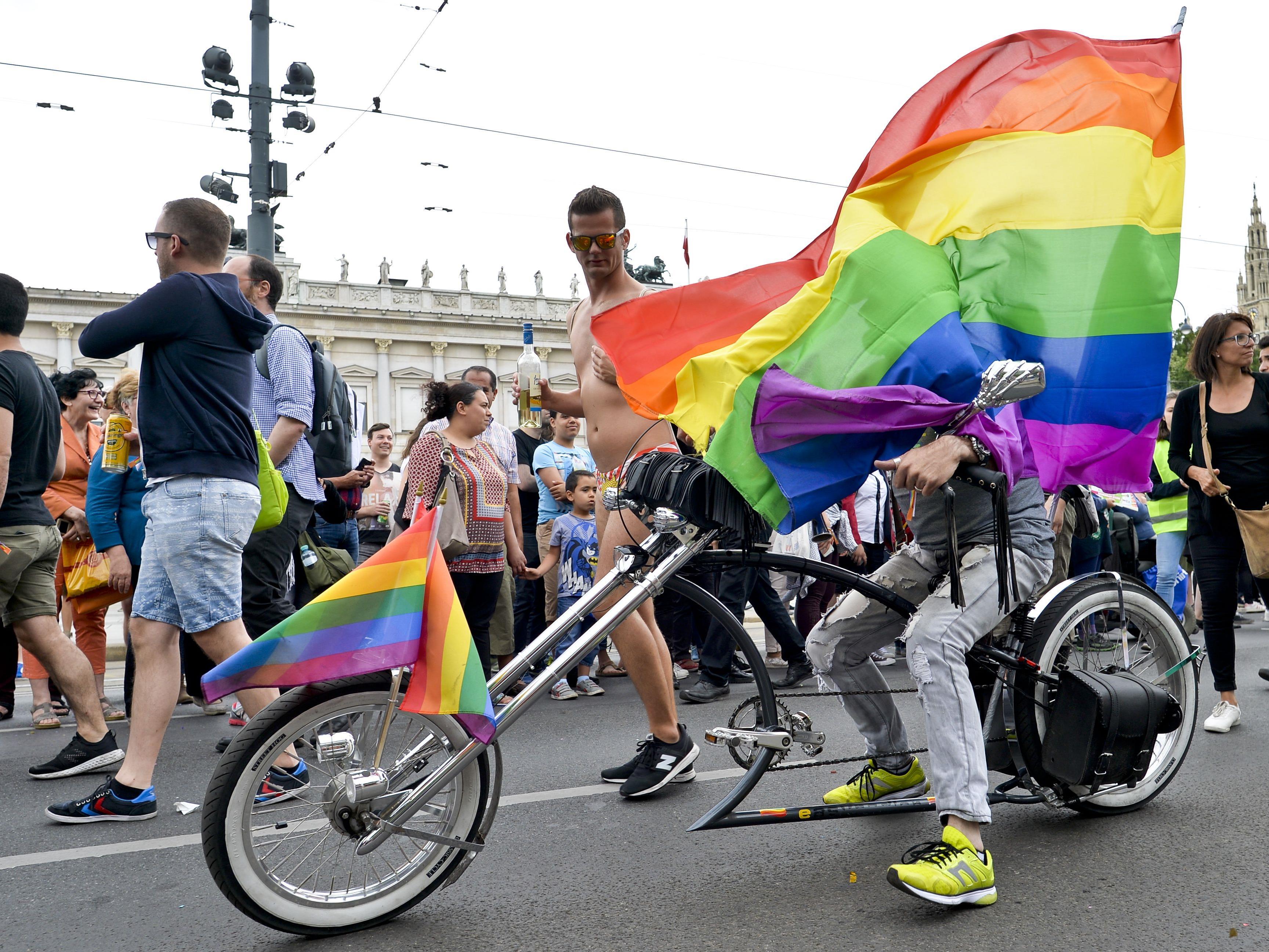 Politische Statements bei der Regenbogenparade 2017.