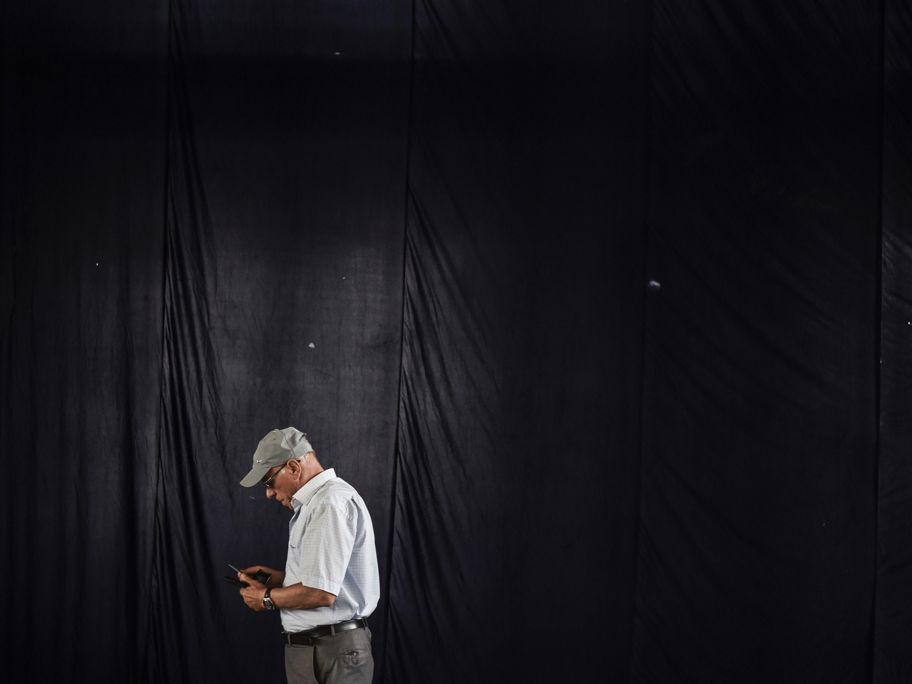 Ein Mann verlässt sein Wahllokal in der kosovarischen Hauptstadt Pristina.