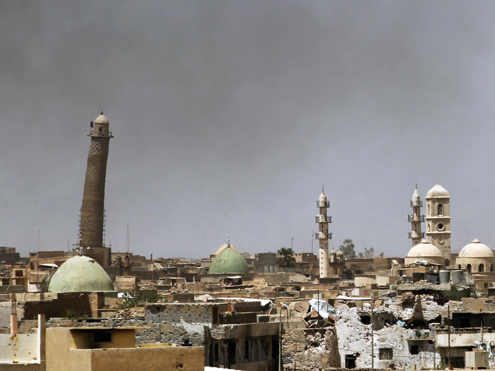 Die Terrormiliz Islamischer Staat (IS) hat am Mittwoch die Große Al-Nuri-Mosche in Mosul und ihr berühmtes Minarett gesprengt.