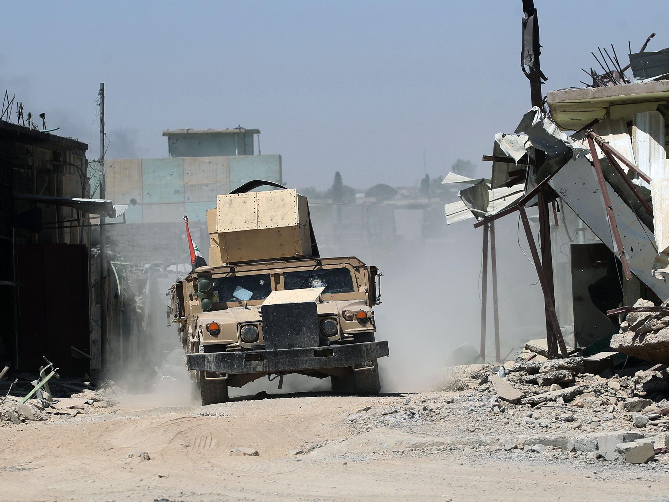 Ein Humvee der irakischen Armee fährt durch das umkäpfte Mossul (Irak). Der nun Festgenommene war Mitglied der Regierungstruppen und soll Tote verhöhnt haben.