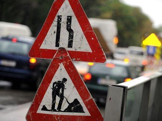 In Wien-Simmering wird der Verkehr wegen Bauarbeiten an einer Fahrbahn umgeleitet.
