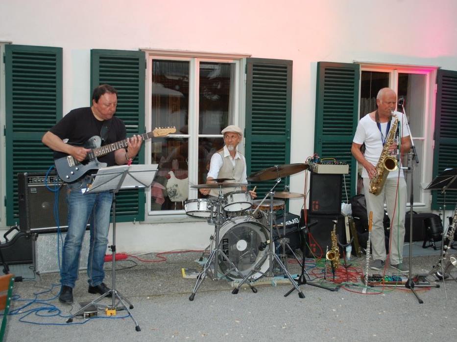 """Die Formation """"DMS"""" gastierte auf Einladung des Kulturvereins """"illlitz"""" im Schrunser Taubengarten."""