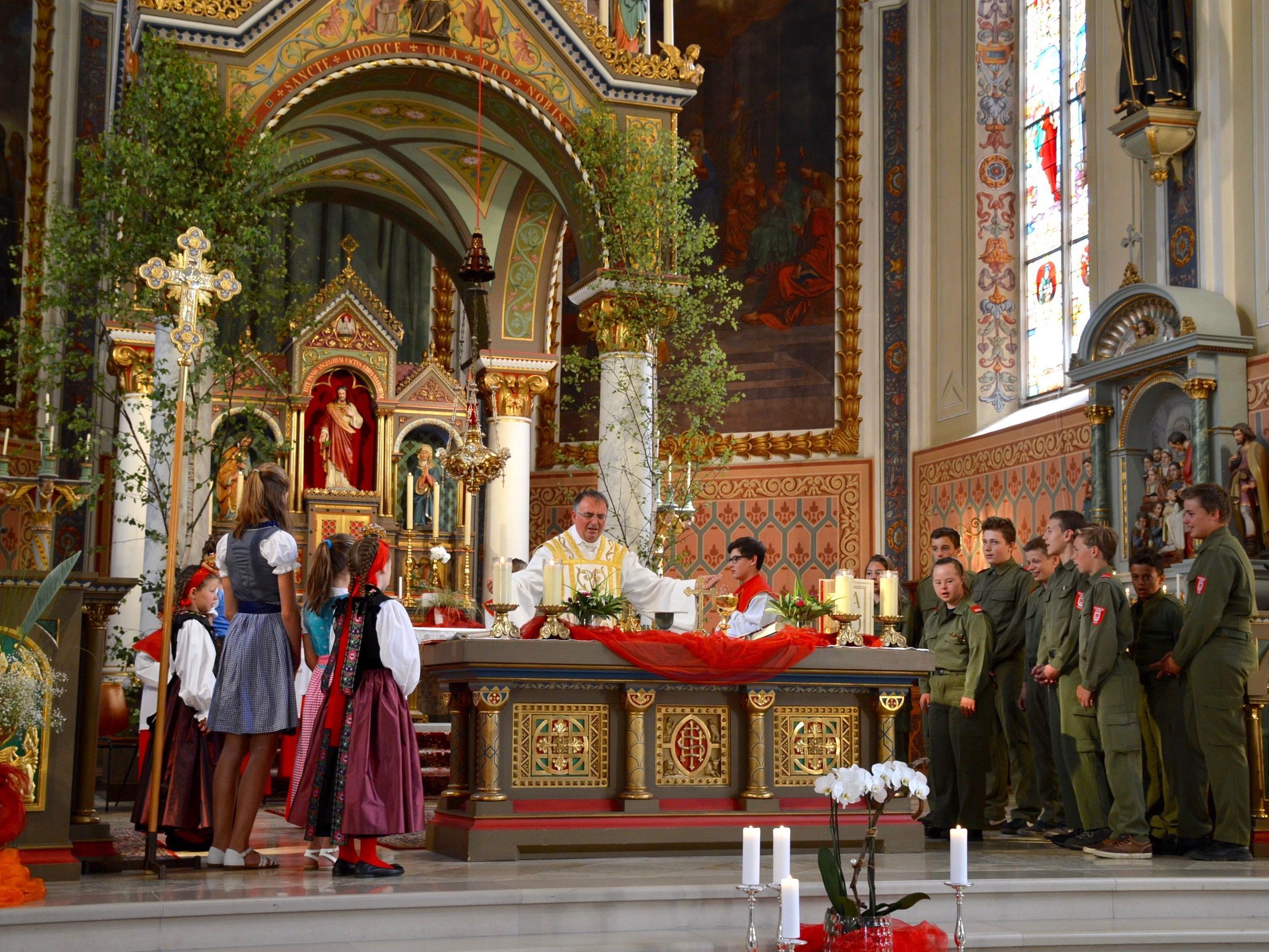 """Zum """"Vater unser"""" lud Pfarrer Hans Tinkhauser die jüngsten Mitfeiernden zum Altar."""