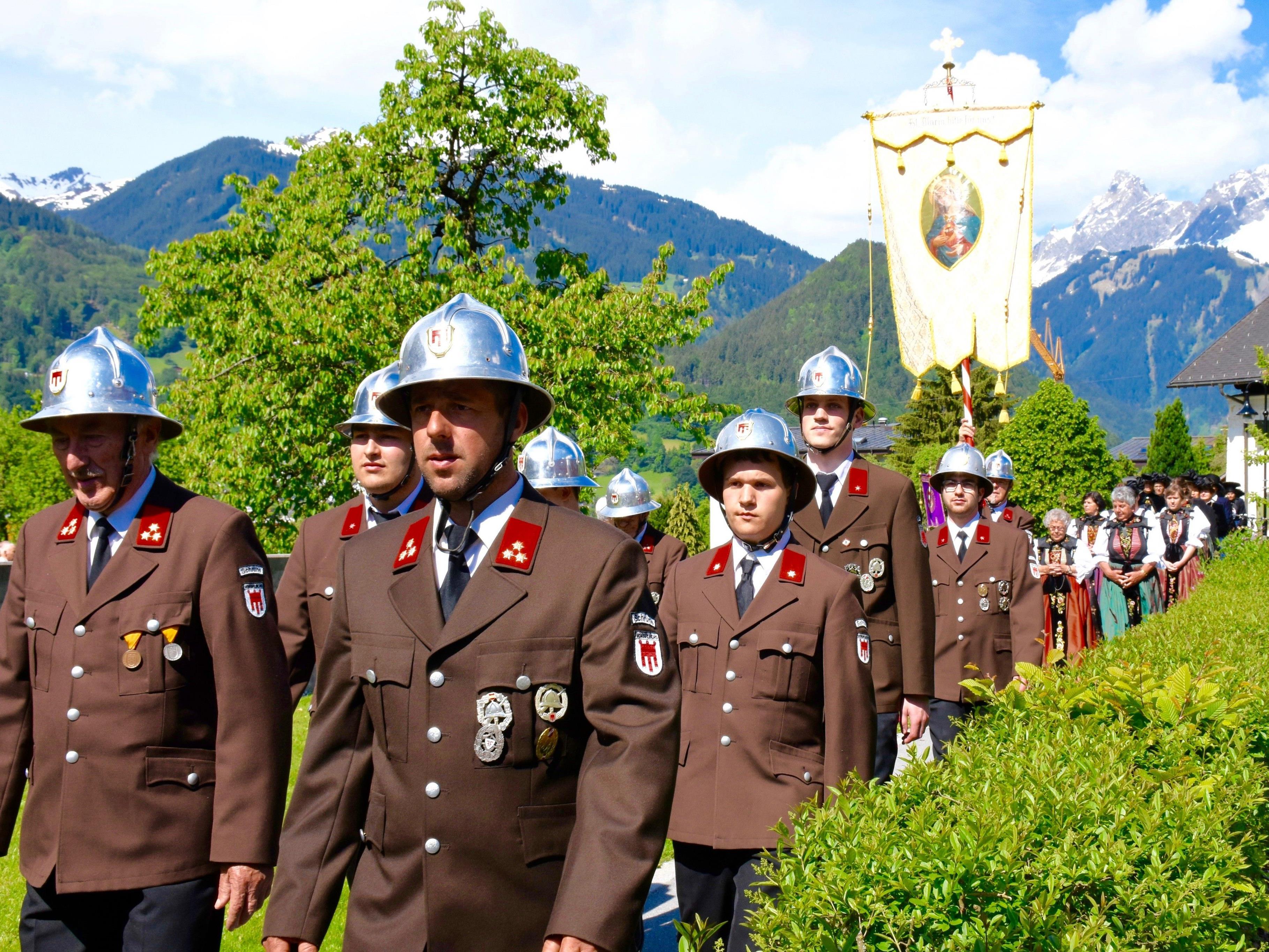 Auch die Schrunser Feuerwehr folgt der Einladung der Pfarre zur Teilnahme bei der Liturgiefeier.