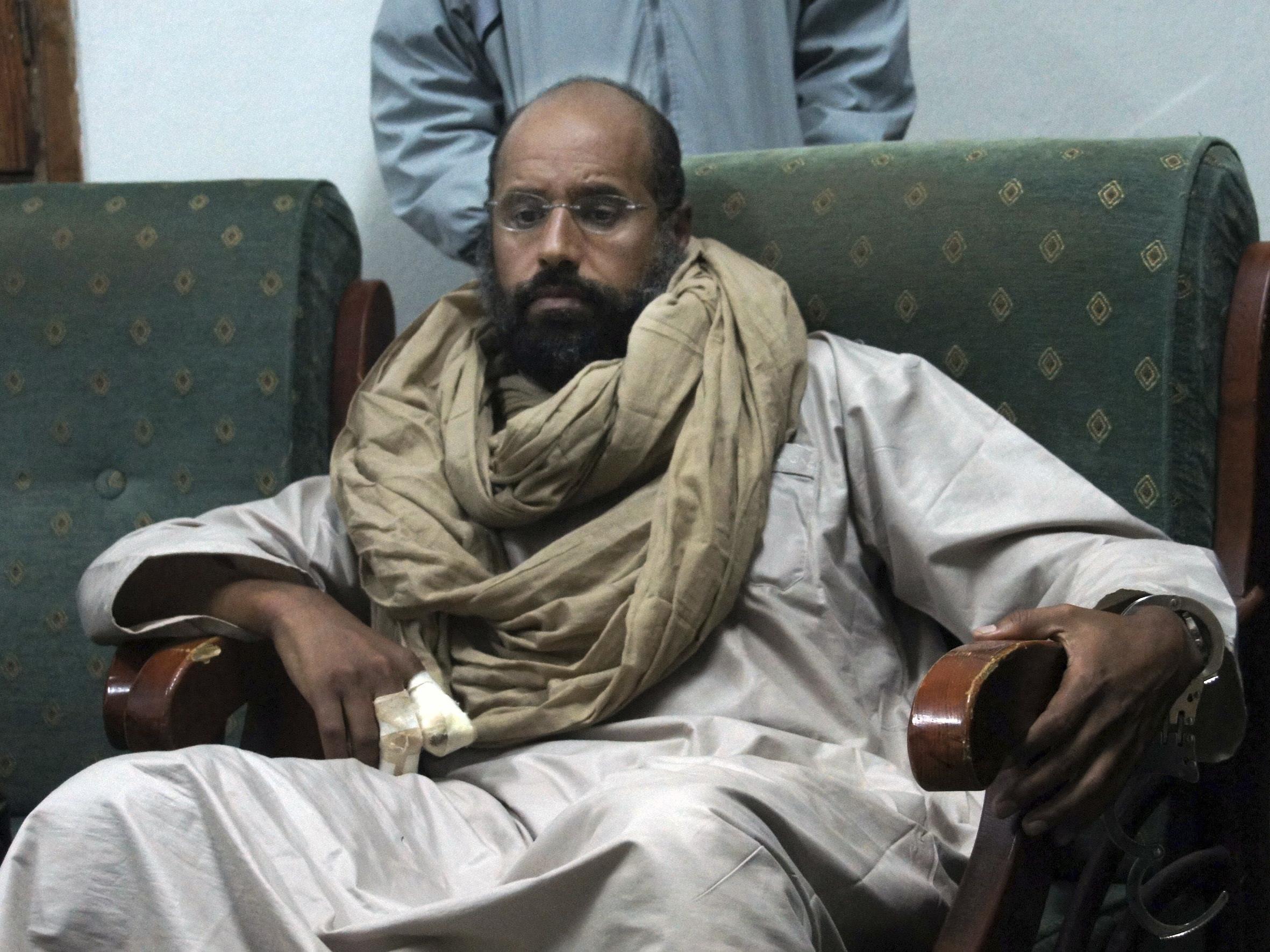 Saif al-Islam war vorgeworfen worden, im Rahmen der Aufstände gegen seinen Vater im Jahr 2011 zur Tötung friedlicher Demonstranten aufgerufen zu haben.