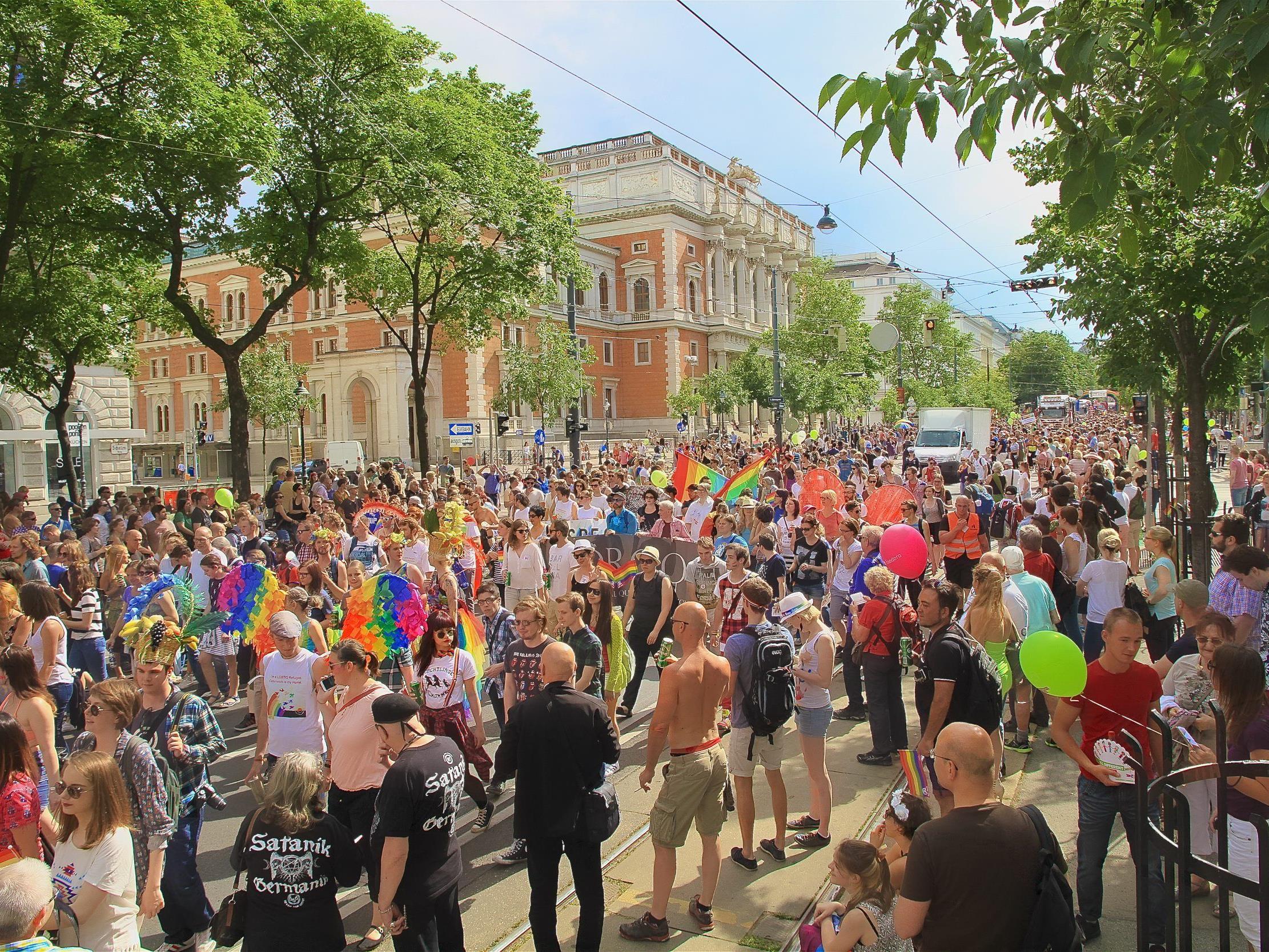 Die Regenbogenparade zieht auch heuer wieder als buntes Spektakel mit ernstem Hintergrund über den Ring