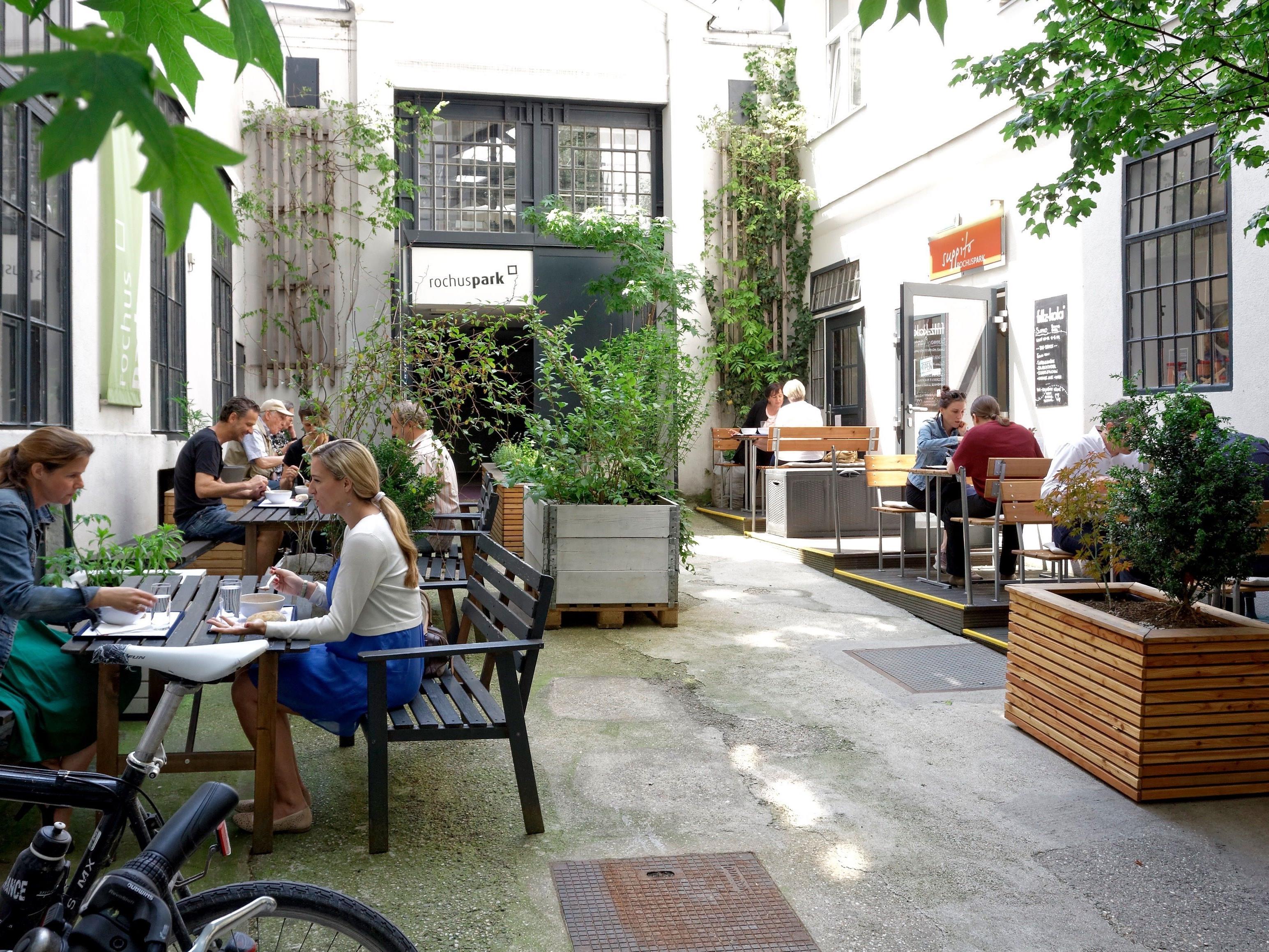 """Das """"Suppito Rochusmarkt"""" lädt zum Verweilen im schönen Gastgarten"""