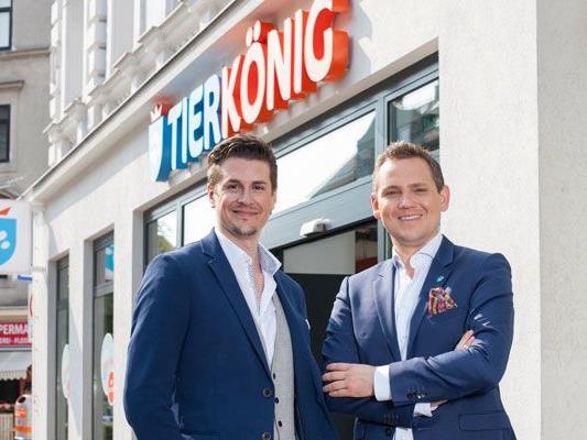 Die beiden Tierkönig Gründer vor der ersten Filiale in Wien-Hernals