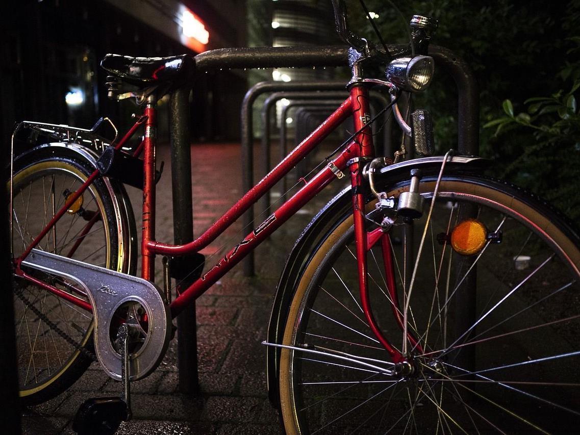 Zwei Jugendliche wollten im Resselpark Fahrräder stehlen.