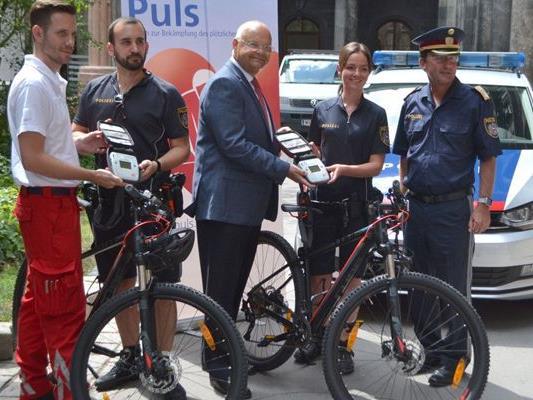 Der Wiener Fahrradpolizei wurden weitere Defis übergeben.