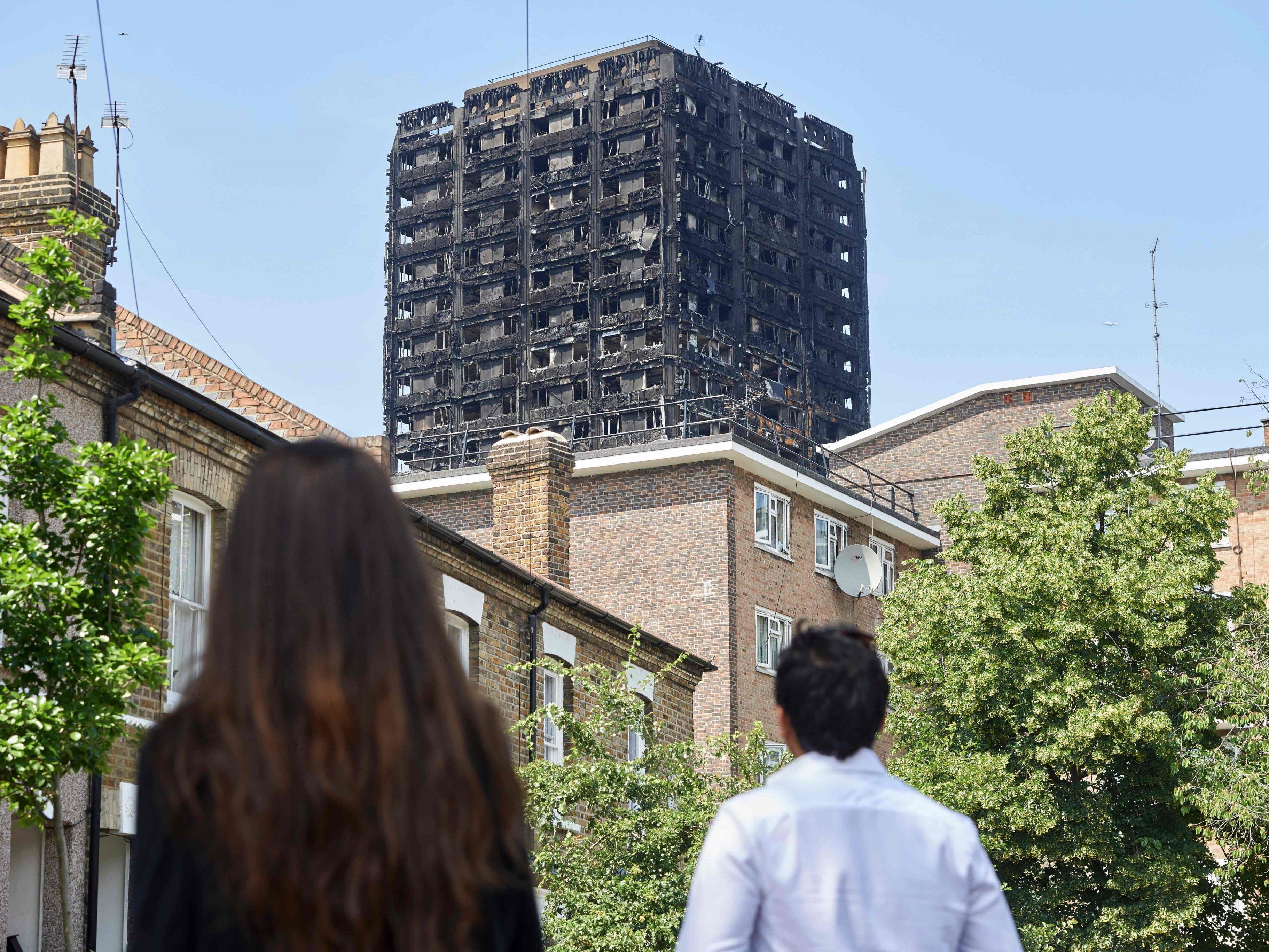 Hunderte von Hochhäusern in Großbritannien haben Schätzungen zufolge eine leicht entflammbare Außenhülle wie der abgebrannte Grenfell Tower.