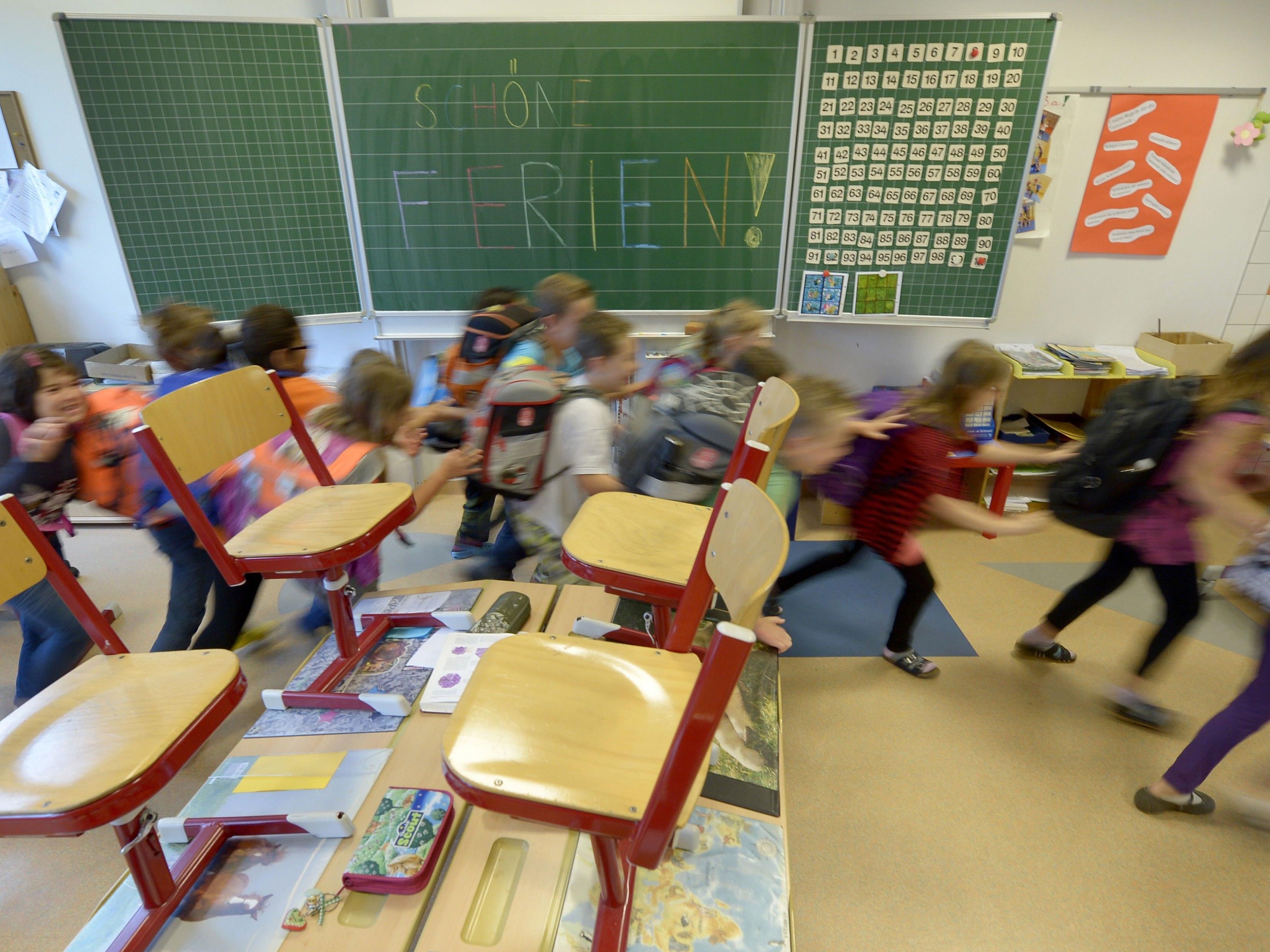 Es ist Schulschluss: Schülerinnen und Schüler laufen aus den Klassen