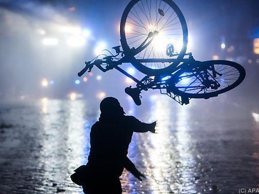 Der Fahrradfahrer aus Wien konnte sich mit einem Sprung vom Rad retten.