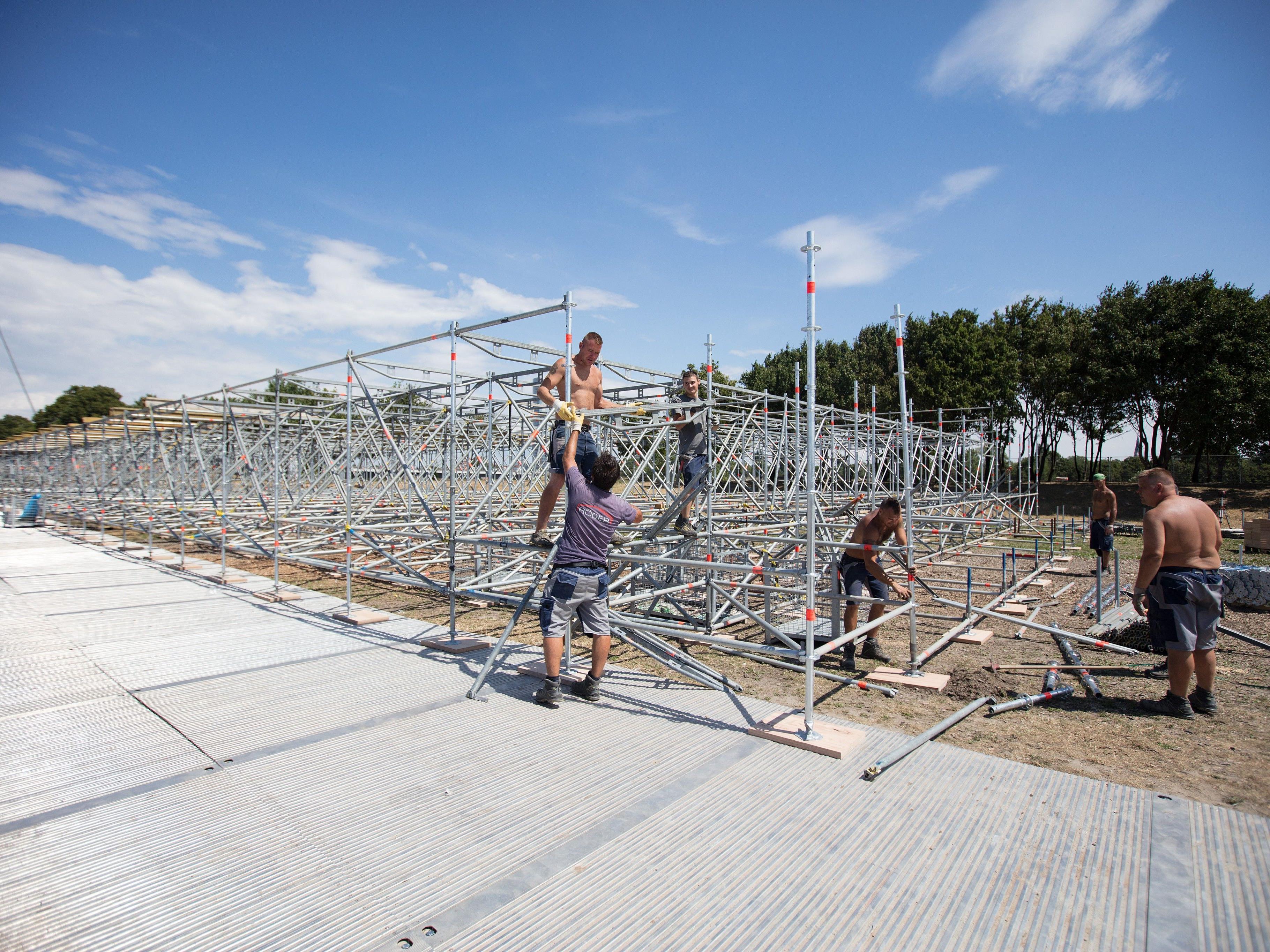 Der Aufbau des WM-Stadions auf der Wiener Donauinsel ist seit Dienstag im Gange.