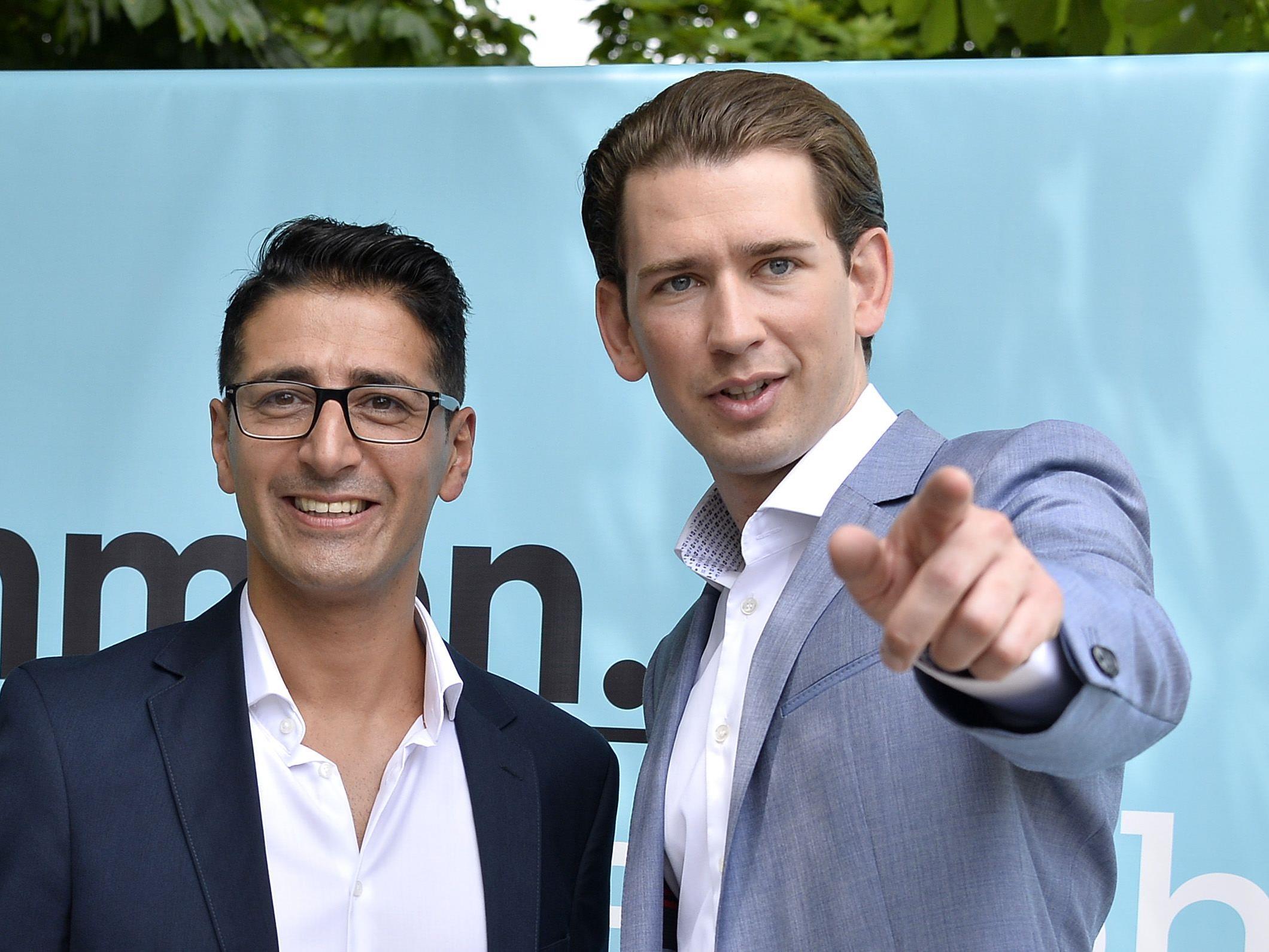 Ex-Grün-Politiker Efgani Dönmez und - ÖVP-Chef Sebastian Kurz (r.) während der Pressekonferenz