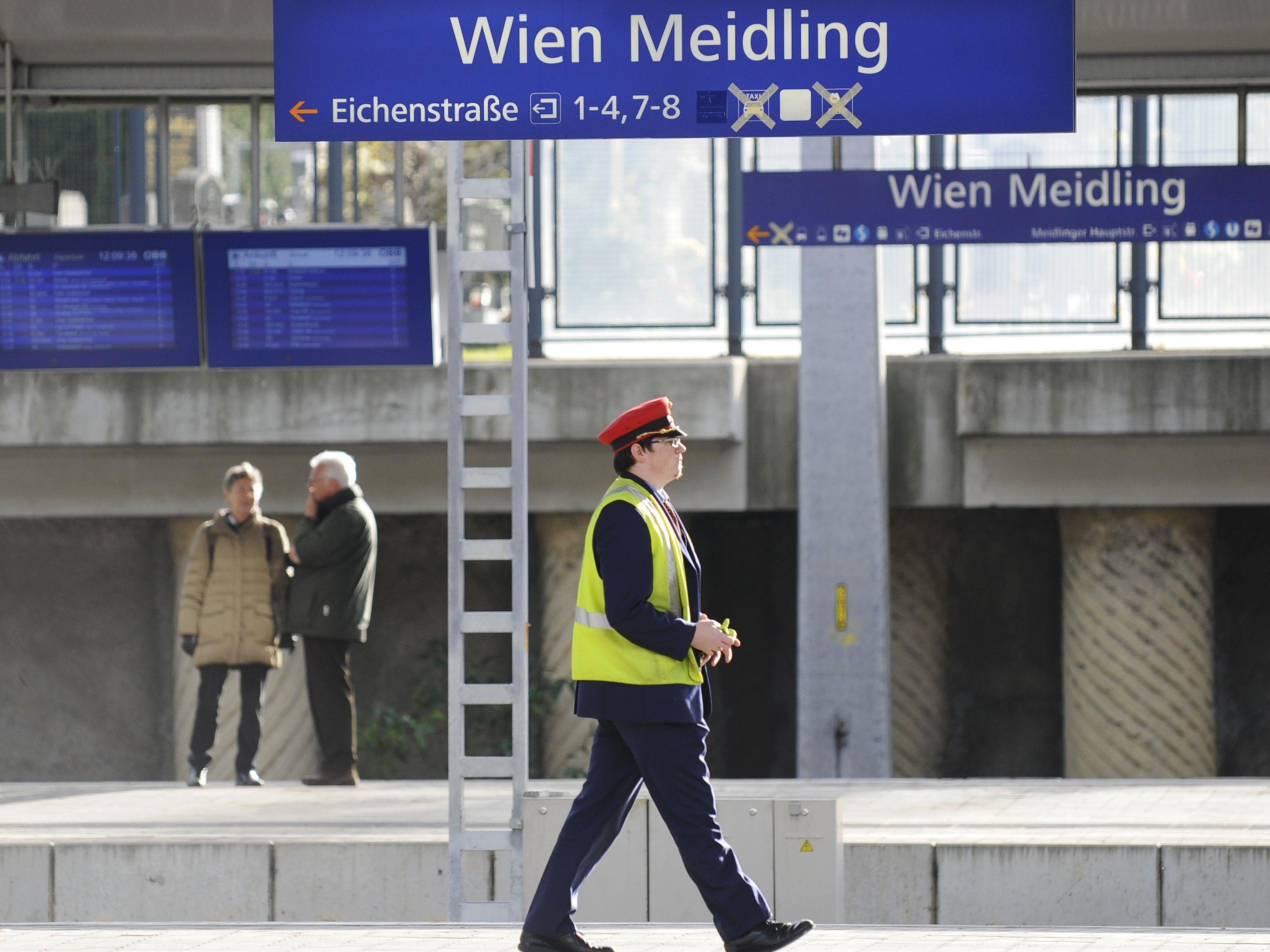 """Zug fährt (wieder) ab"" am Bahnhof Wien-Meidling"