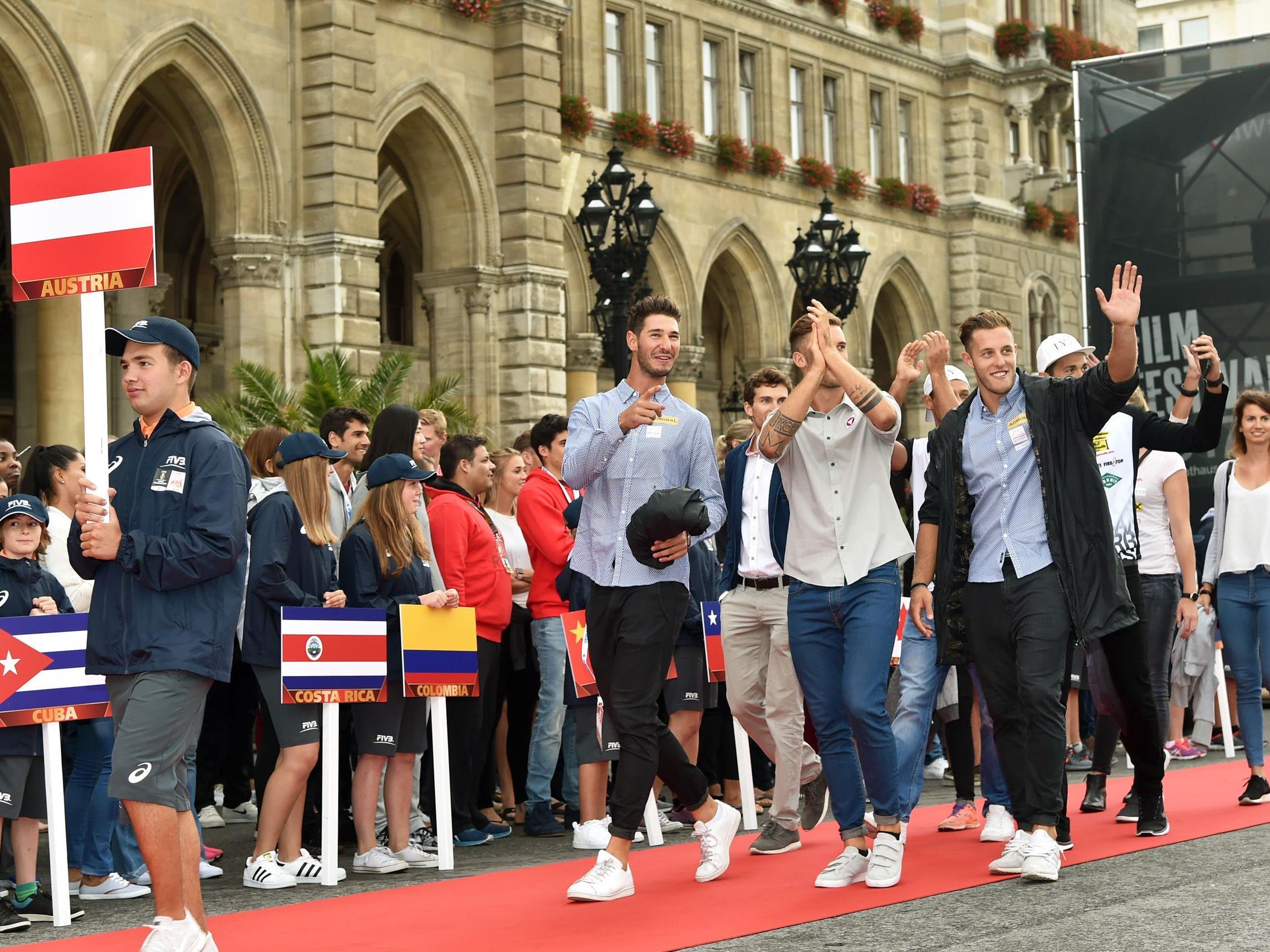Offizieller Einzug der Beach-Volleyball-Stars am Wiener Rathausplatz.