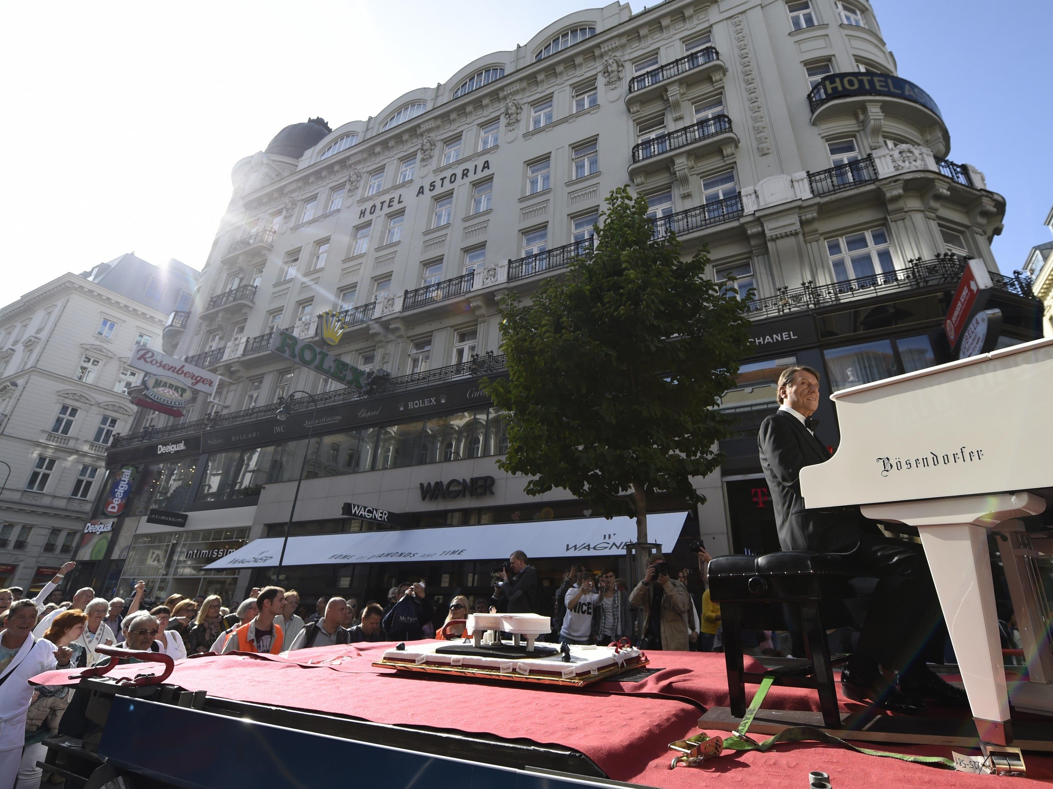 Bild von der Bademantel-Streetparade: Die Unternehmer der Innenstadt beklagen Verluste durch Demos