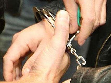 Der Pkw-Einbrecher wurde von der Polizei festgenommen.
