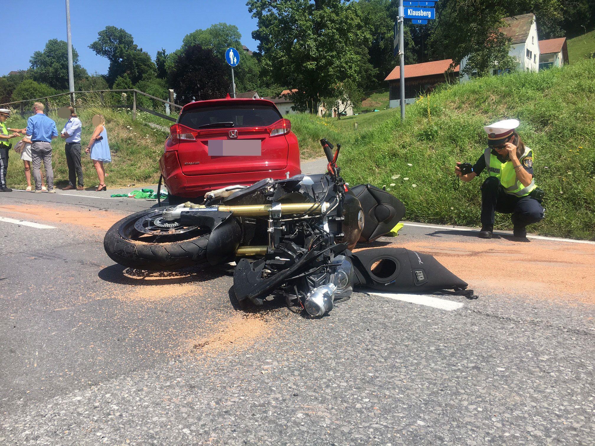 Motorradfahrer nach Unfall schwer verletzt.
