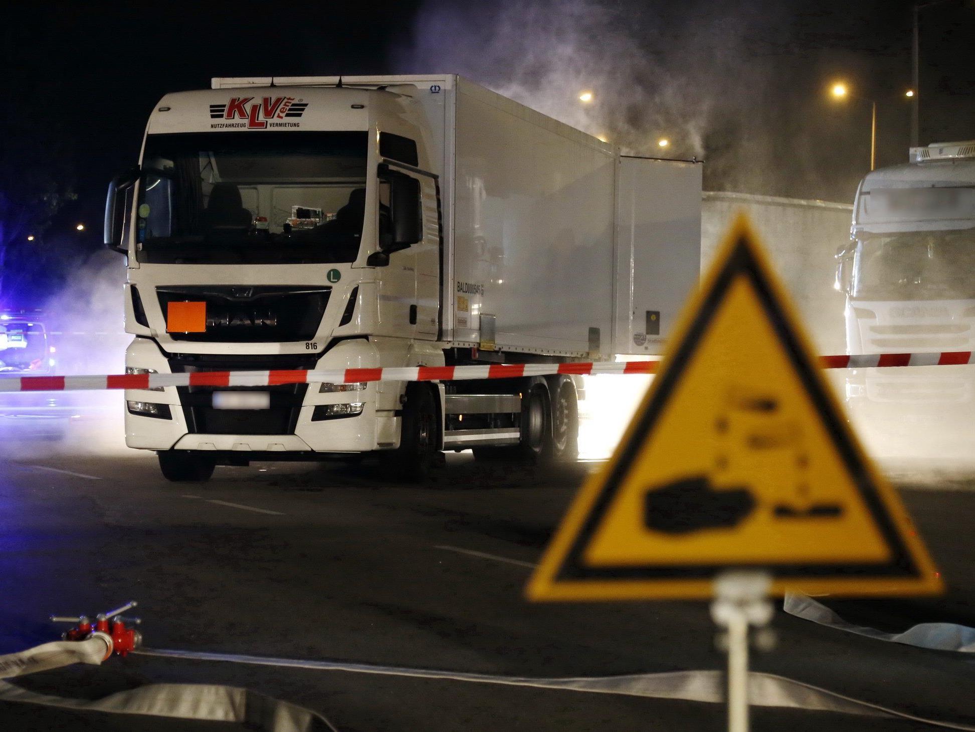 Auf dem LKW war Salzsäure geladen. Die Feuerwehr kämpfte gegen den Schadstoff.