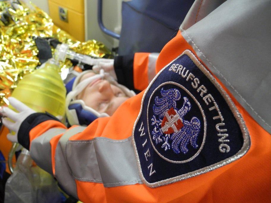 Die Rettung versorgte den an der Wirbelsäule verletzten Mann.