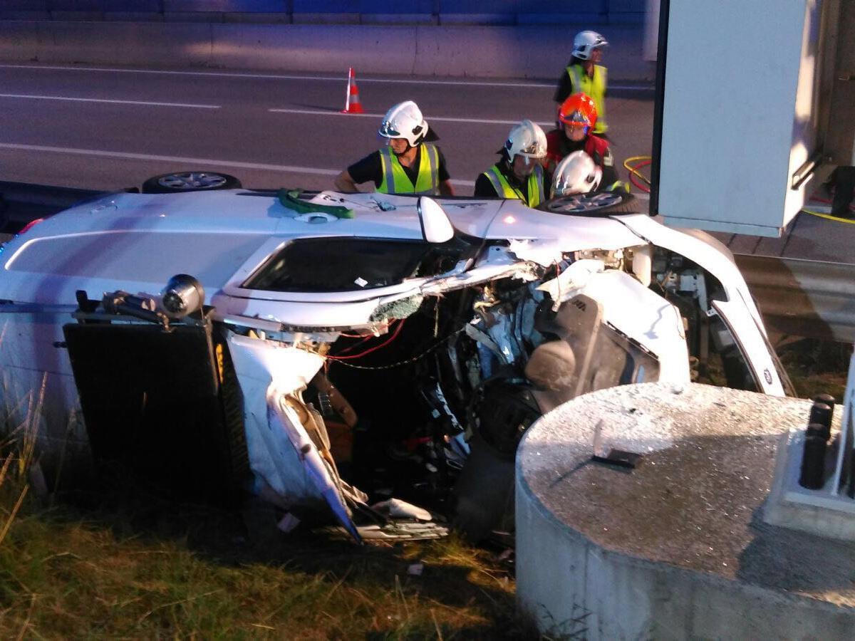 Bei einem Unfall auf der S1 wurde der Fahrer eines Begleitfahrzeugs schwer verletzt