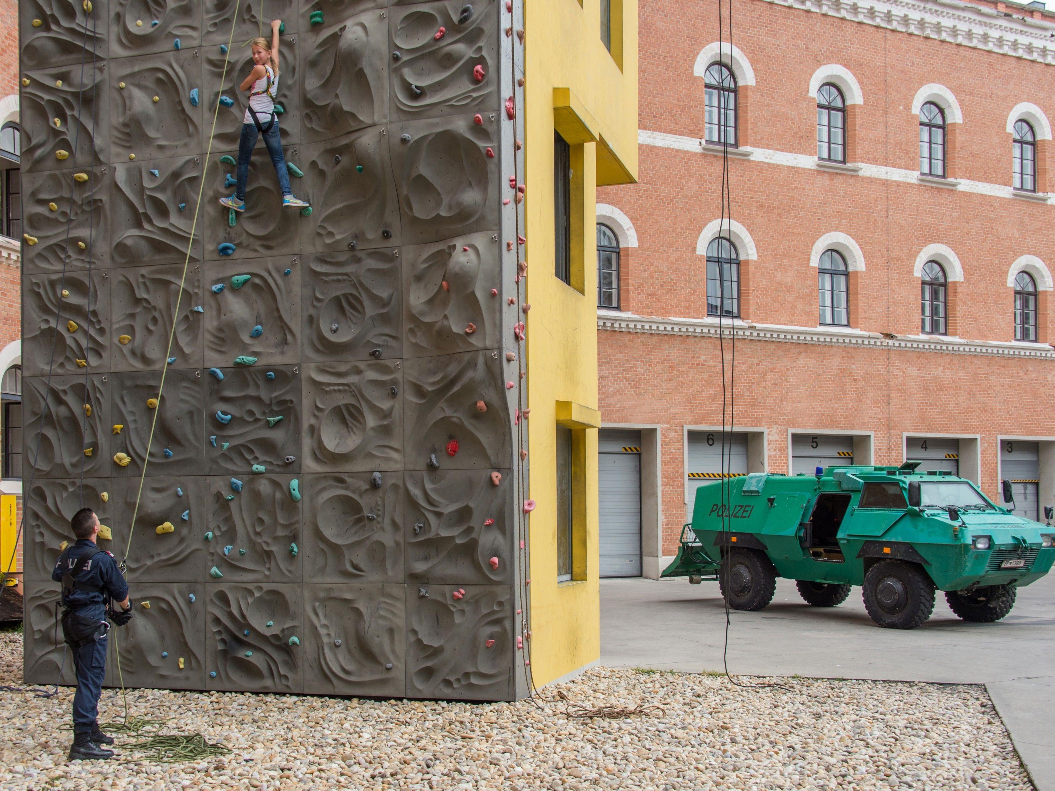 Das Ferienspiel der Wiener Polizei bietet Kletterspaß und Co. in der Rossauer Kaserne