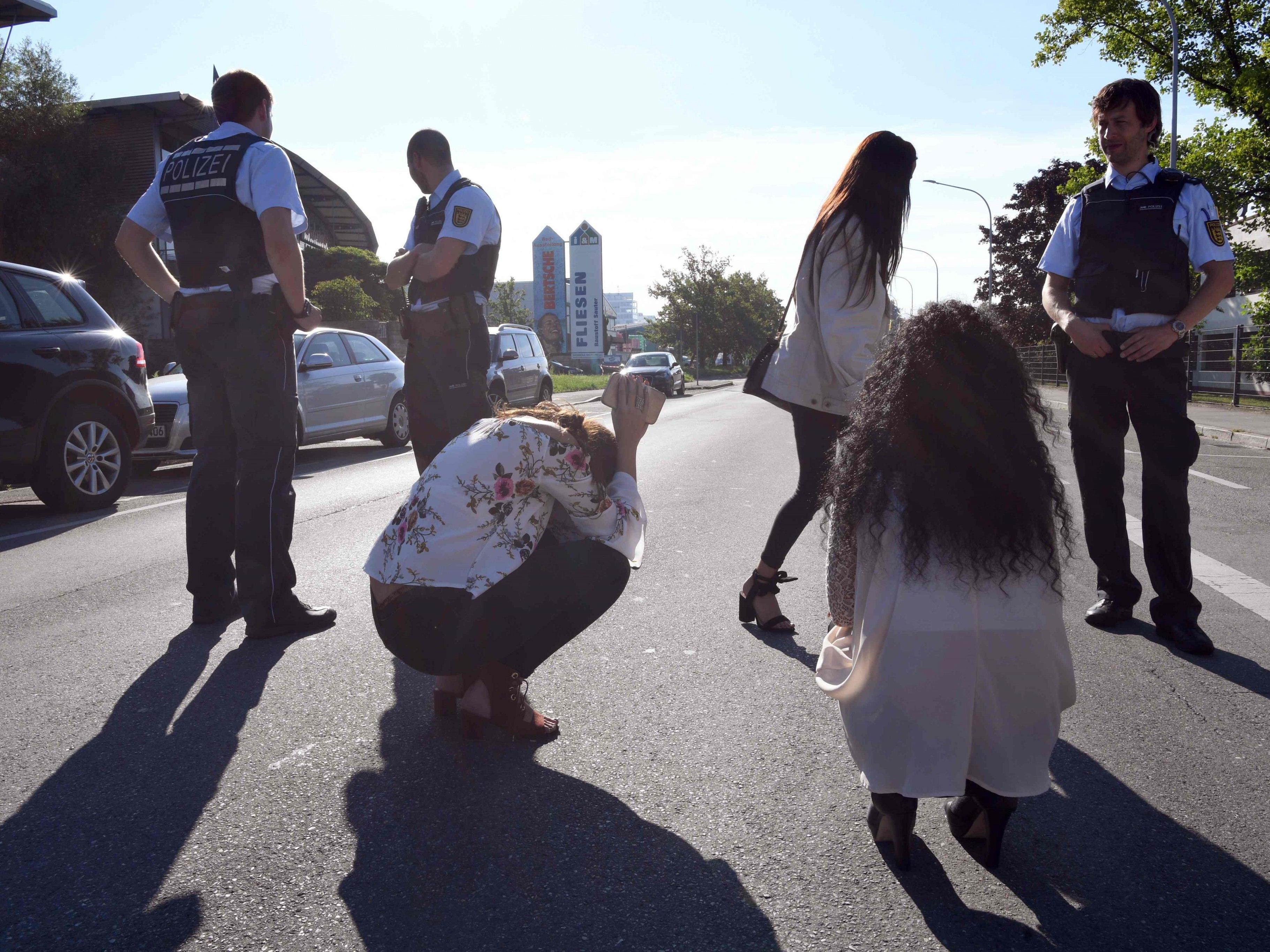 Bei einer Schießerei in einer Konstanzer Diskothek sind in der Nacht eine Person getötet und drei weitere verletzt worden. Die Polizei erschoss den Angreifer.
