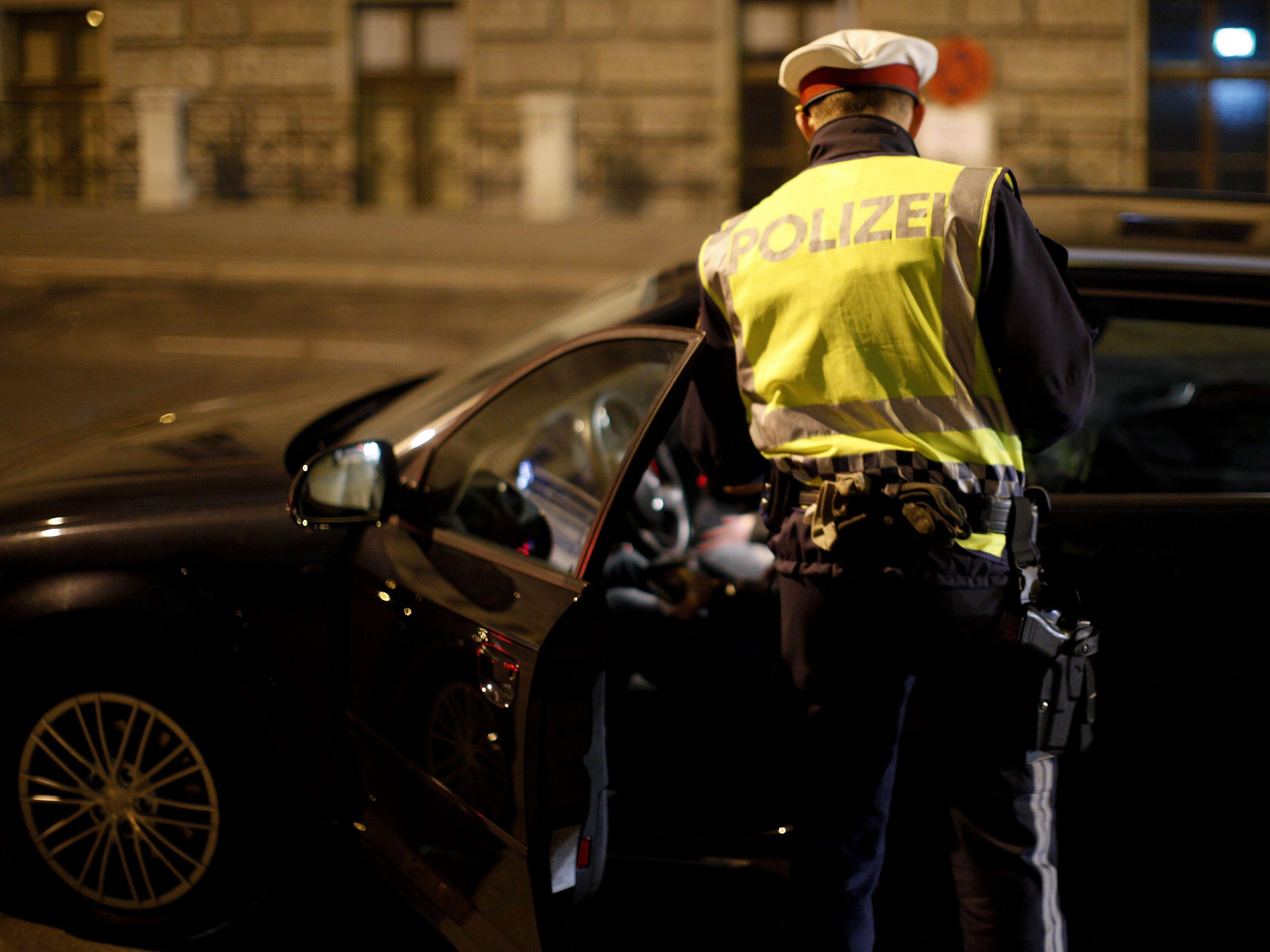 Bei einer Verkehrskontrolle hatten es die Beamten zwei Mal mit derselben Alkolenkerin zu tun