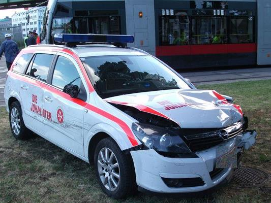Der Lenker des Johanniter-Einsatzfahrzeugs übersah eine Straßenbahn.