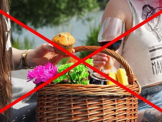 Picknickverbot und Pinkelstopp: Wir haben die Top 10 der kuriosesten Verbote an Urlaubsorten im Überblick.