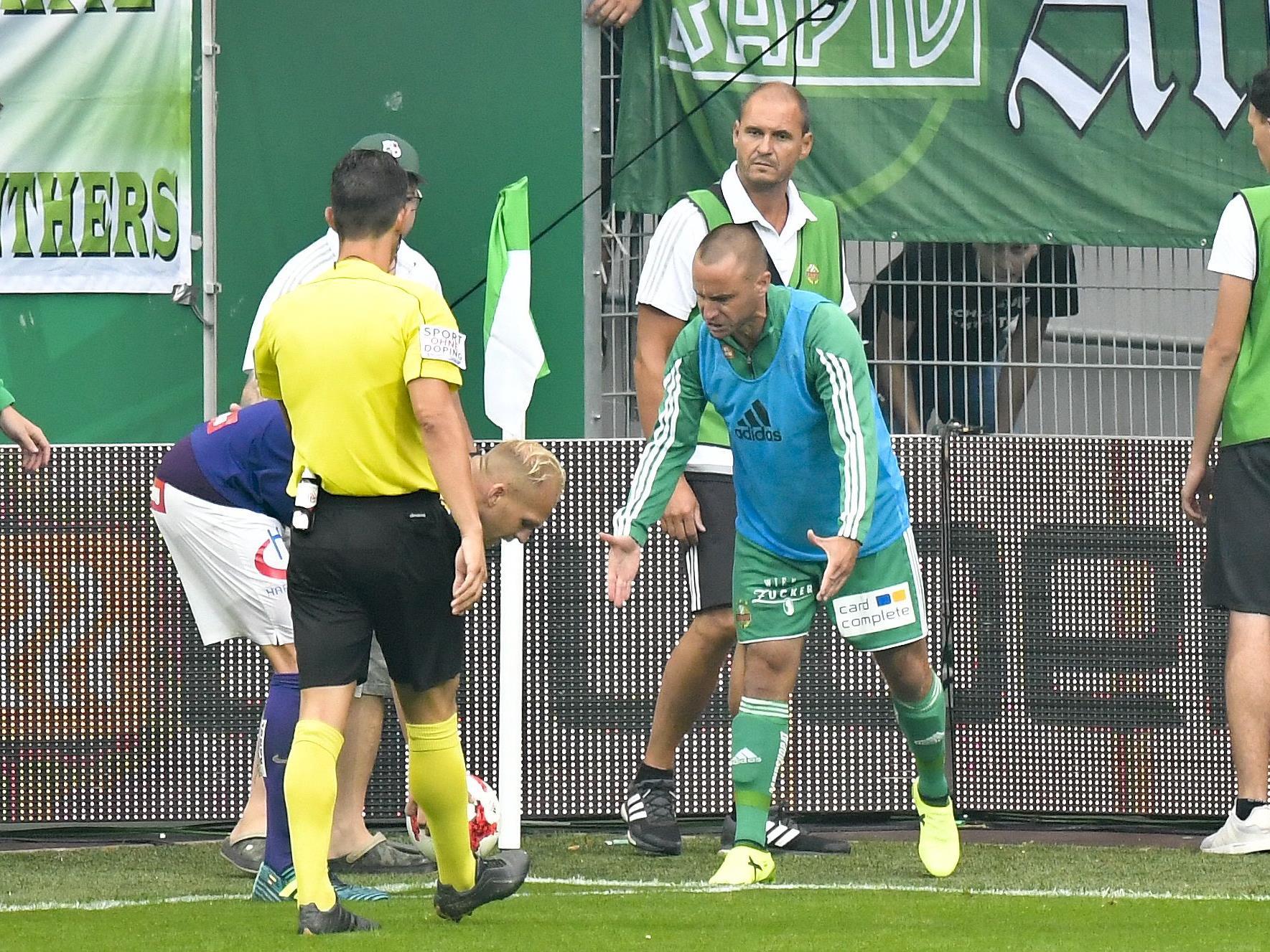 Rapid-Urgestein Steffen Hofmann im Derby-Clinch mit Austrias Raphael Holzhauser.