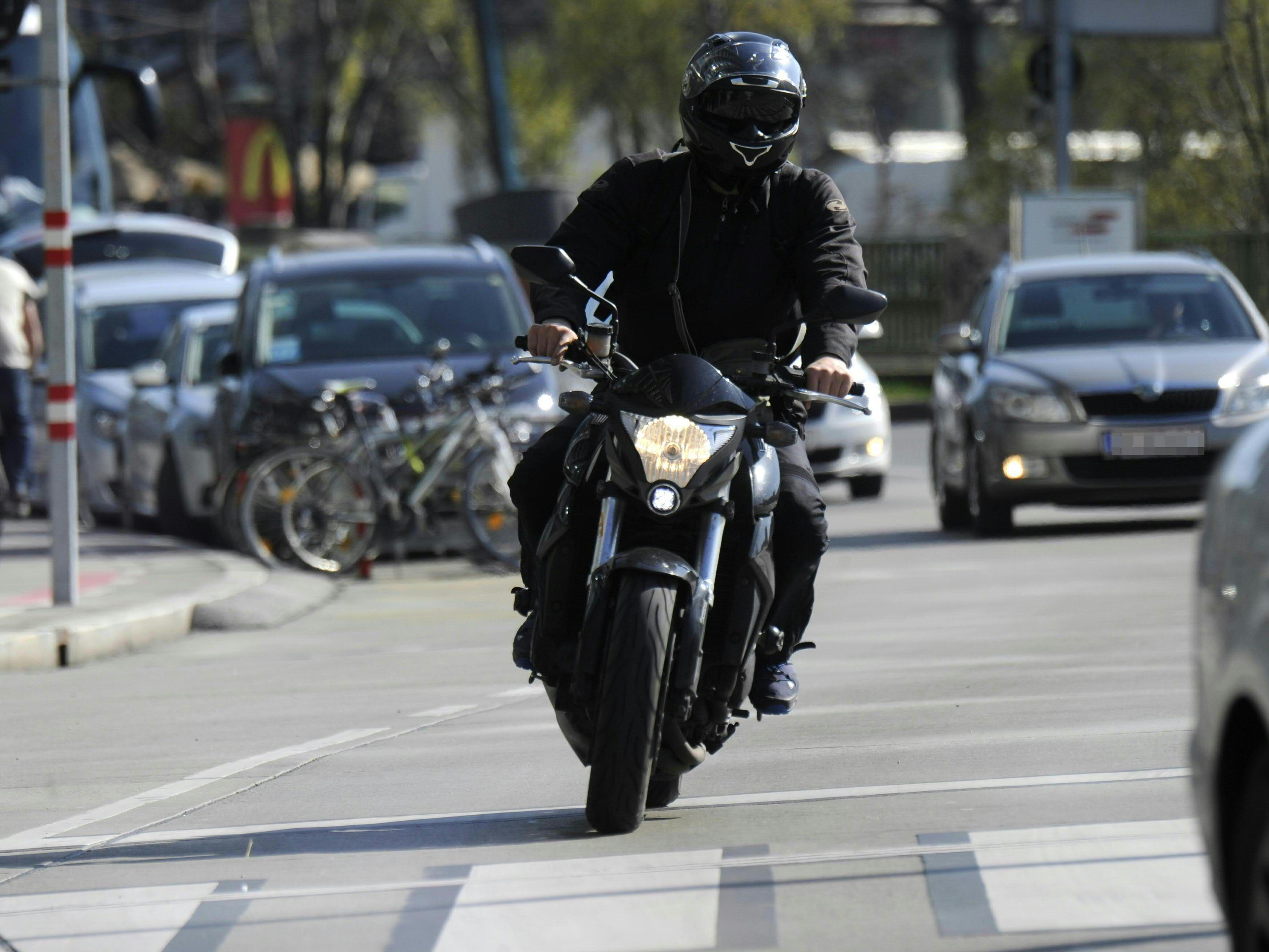 Ein Motorradlenker ist bei einem Zusammenstoß mit einem Pkw in NÖ schwer verletzt worden.