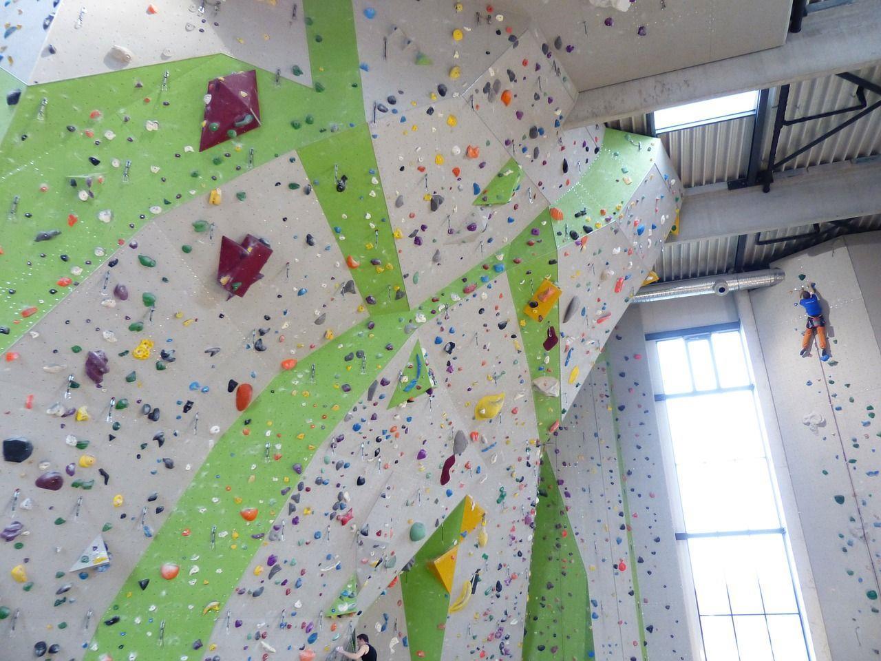 In Wien gibt es verschiedene Kletterhallen, wo Kurse angeboten werden.