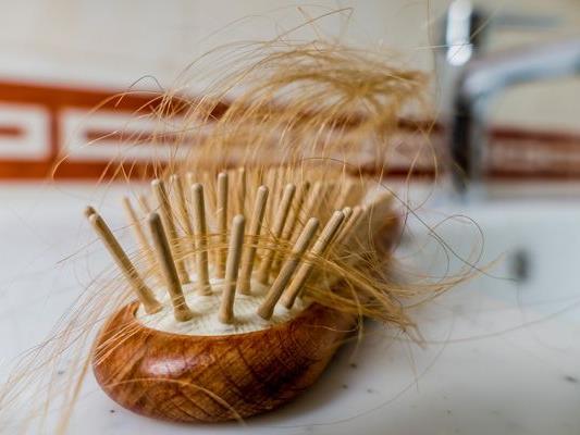 Viele Frauen kennen es: Die Bürste ist ständig voller Haare.