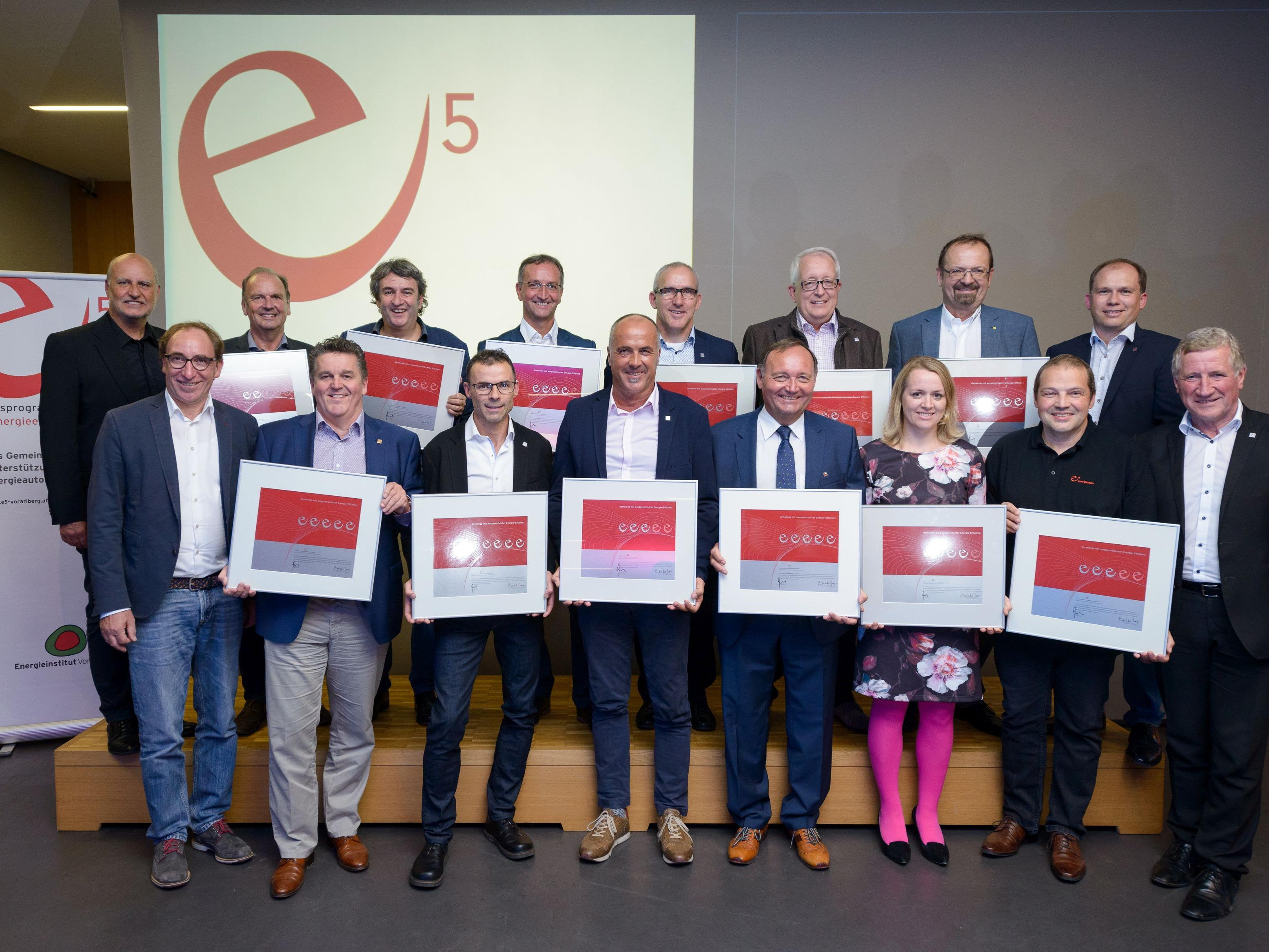 Treffpunkt e5-Event 2017 in der Fachhochschule Vorarlberg: Die Bürgermeister und VertreterInnen der e5-Teams der ausgezeichneten Gemeinden mit den Landesräten Johannes Rauch (li.) und Erich Schwärzler (re.) sowie dem e5-Programmleiter des Energieinstitutes Vorarlberg, Karl-Heinz Kaspar (li.hi.).
