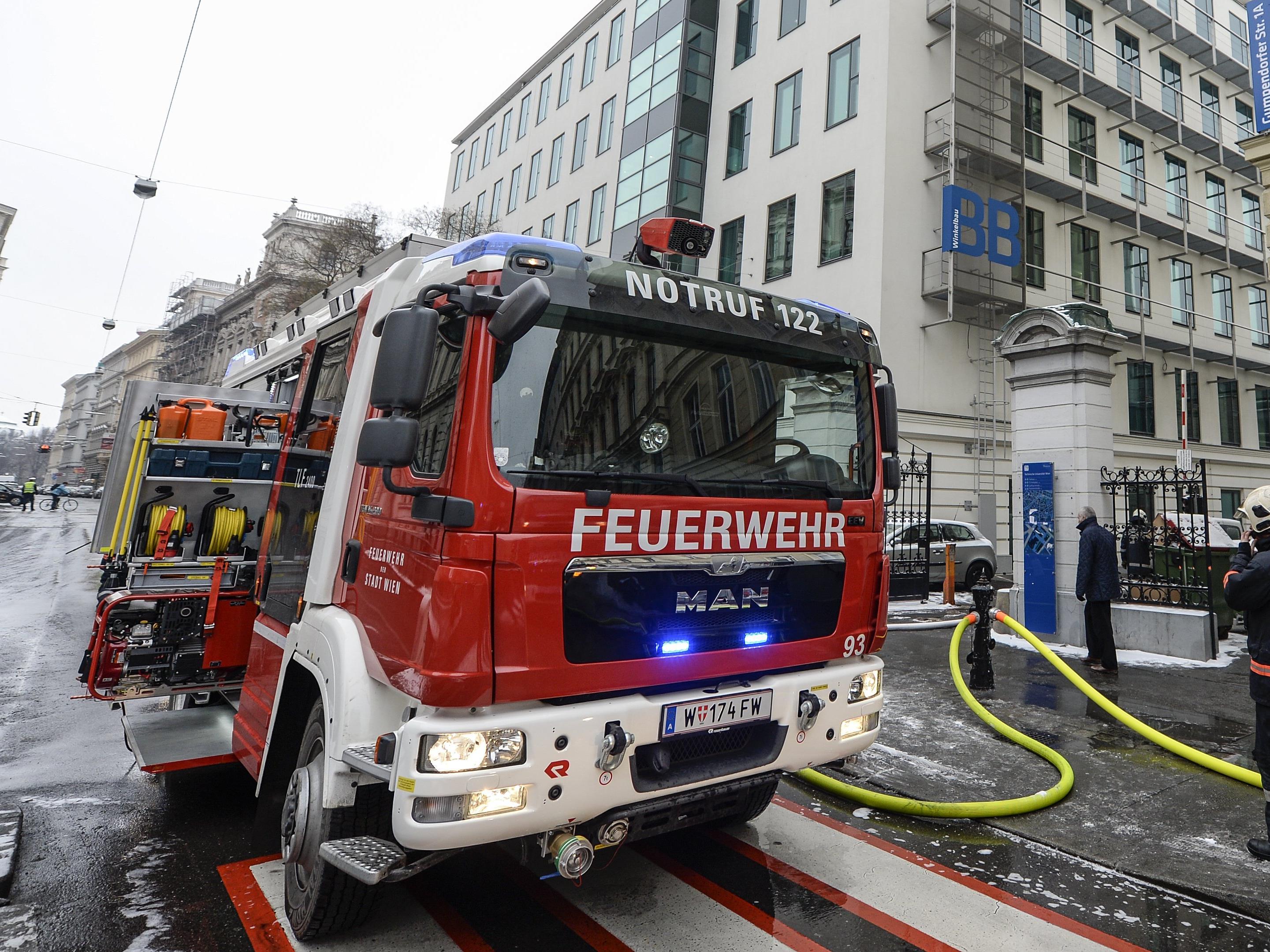 Mit 13 Fahrzeugen ist die Feuerwehr zunächst ausgerückt - es waren jedoch nur noch Nachlöscharbeiten nötig.