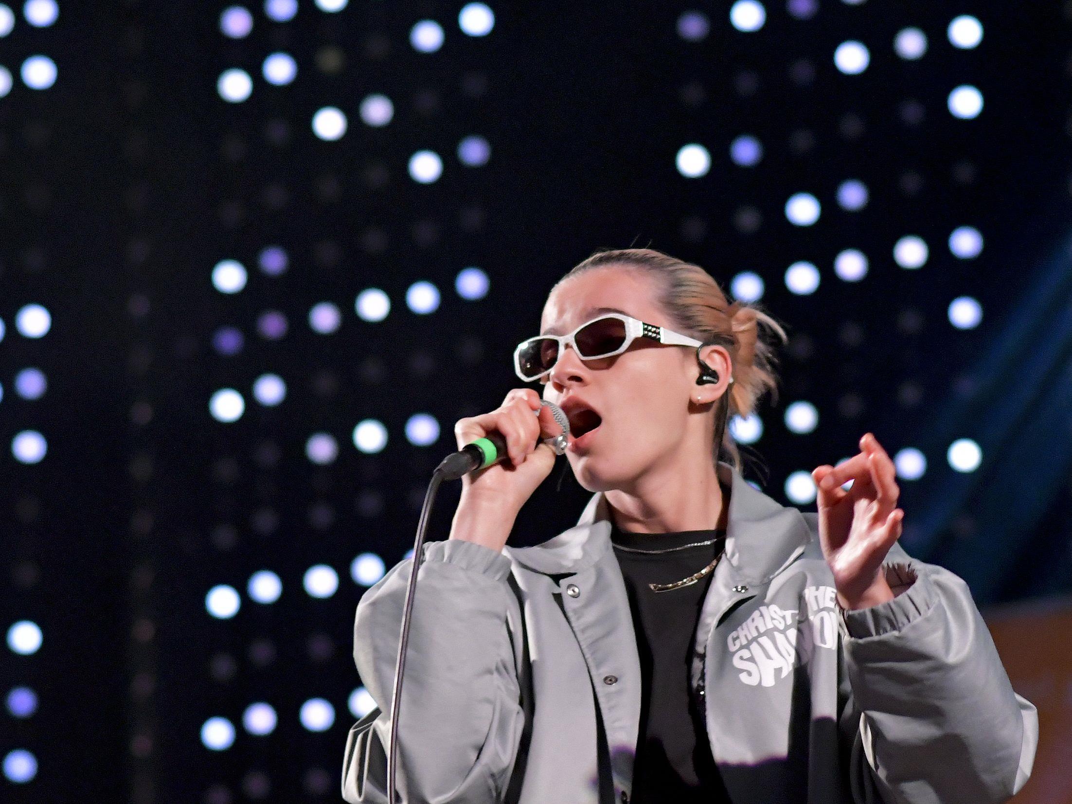 Rapperin Mavi Phoenix kommunizierte mit ihren Fans am Donauinselfest nur im Dialekt.