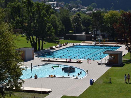 Das Freibad des Val Blu verspricht auch in diesem Sommer Badespaß und Abkühlung.
