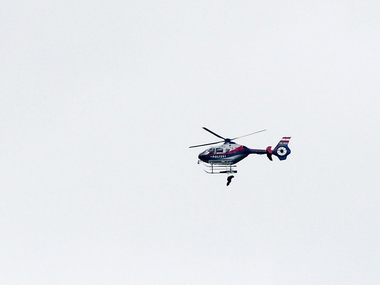 Die Frau wurde von einem Polizei-Hubschrauber geborgen.