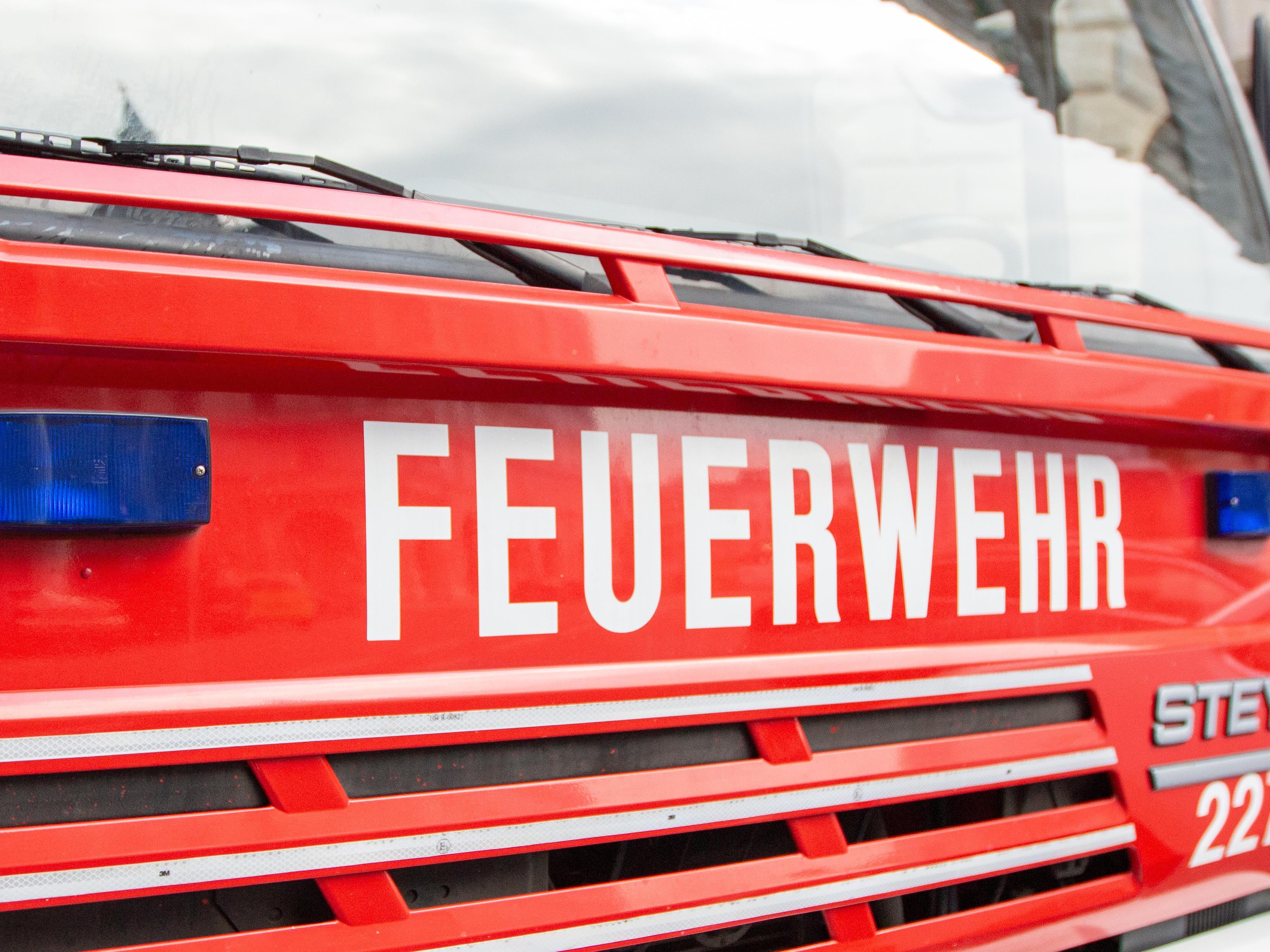 Ein Feuerwehrmann erlitt bei dem Einsatz leichte Verletzungen.